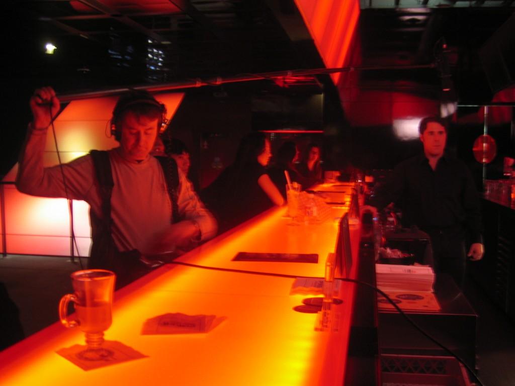 Au Casino, Bobby perche Dave pour la scène au bar de la salle de poker. Il es 4h du matin.