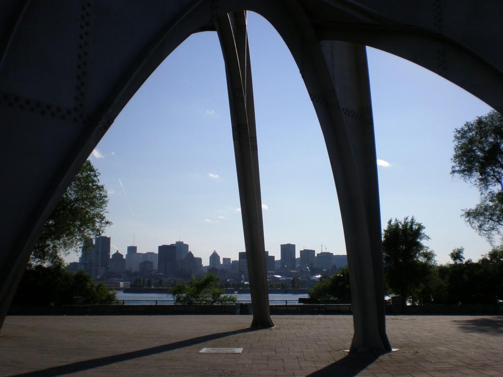 """Vue de Montréal sous """"L'Homme"""" d'Alexander Calder"""