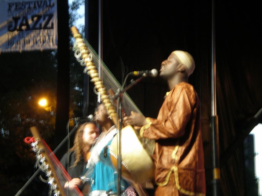 Seckou Keita, quintet international! Le chanteur est sénégalais, la chanteuse et le percussionniste sont gambiens , le violoniste est égyptien et le bassiste est italien! Musique africaine mélodieuse et entraînante, une très belle joie de vivre contagieuse!
