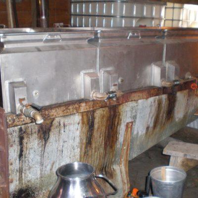 Les bassins dans lesquels l'eau d'érable est portée à ébullition.