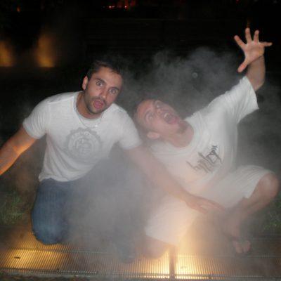Simon et Steph sur les échappées de brumisateurs. On a eu de la chance, ils se sont arrêtés peu après notre arrivée (les brumisateurs, pas Simon et Steph!). On a quand même eu le temps de poser comme si on se faisait griller au barbecue.