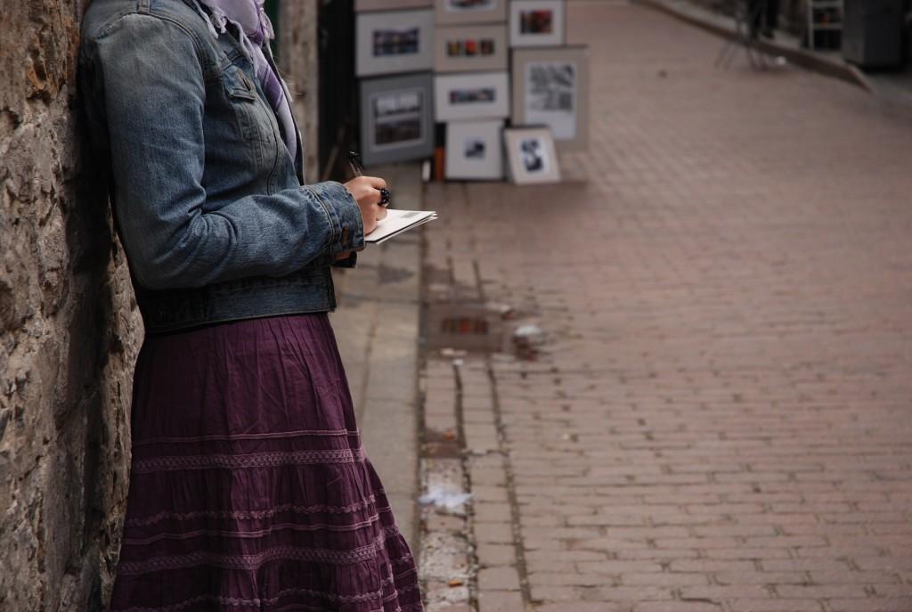 Sur le shooting, dans une ruelle du Vieux Port.