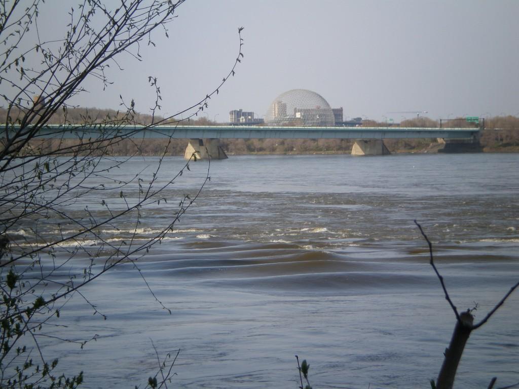 Les premiers remous,et la biosphère de l'Ile Sainte Hélène en fond.