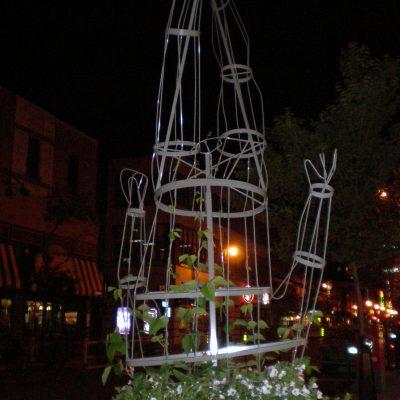 Parmi les bizarreries qu'on trouve au long du la rue Sainte Catherine, le bonhomme avec la tête dans le pot de fleurs...une sorte d'homme-autruche en somme.